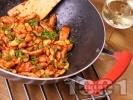 Рецепта Пикантно пържено пилешко месо от обезкостени бутчета на тиган с бадеми и ароматен сос от кетчуп, соев сос, табаско, мед и лимон